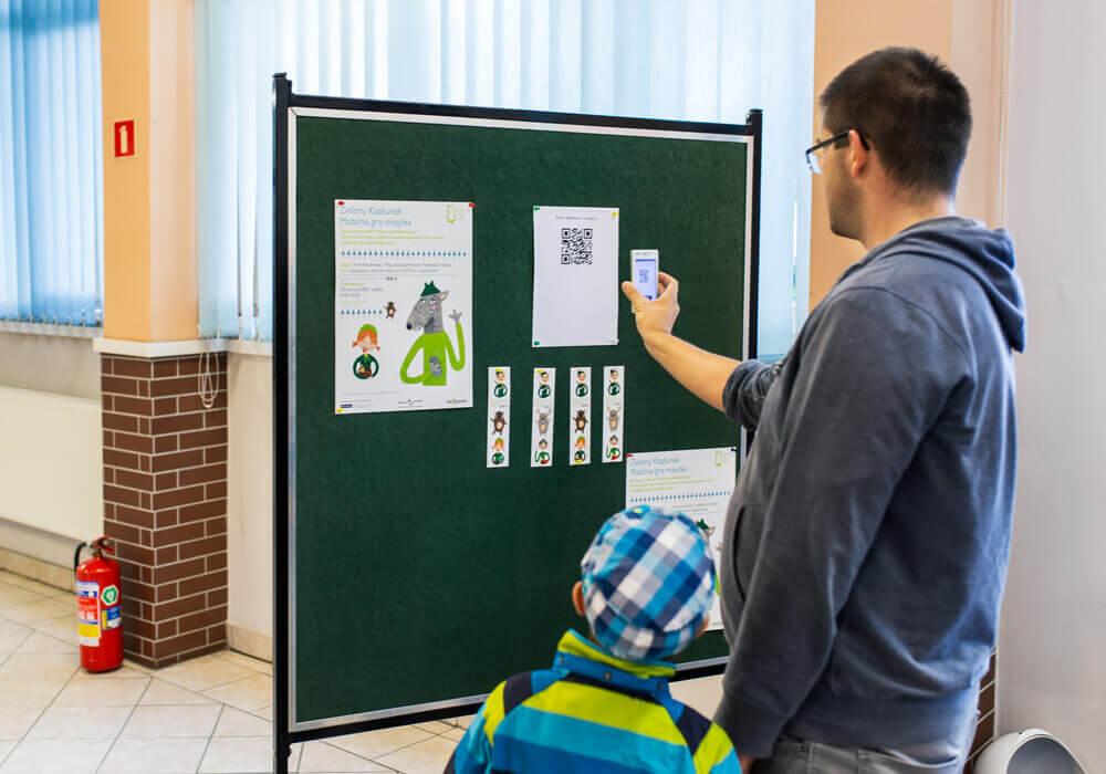 dzieci grające wgrę Zielony Kapturek